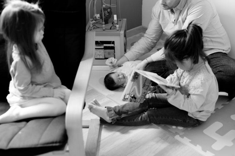 Séance famille bébé lifestyle Paris 75 Quotidien reportage Sandrine Siryani