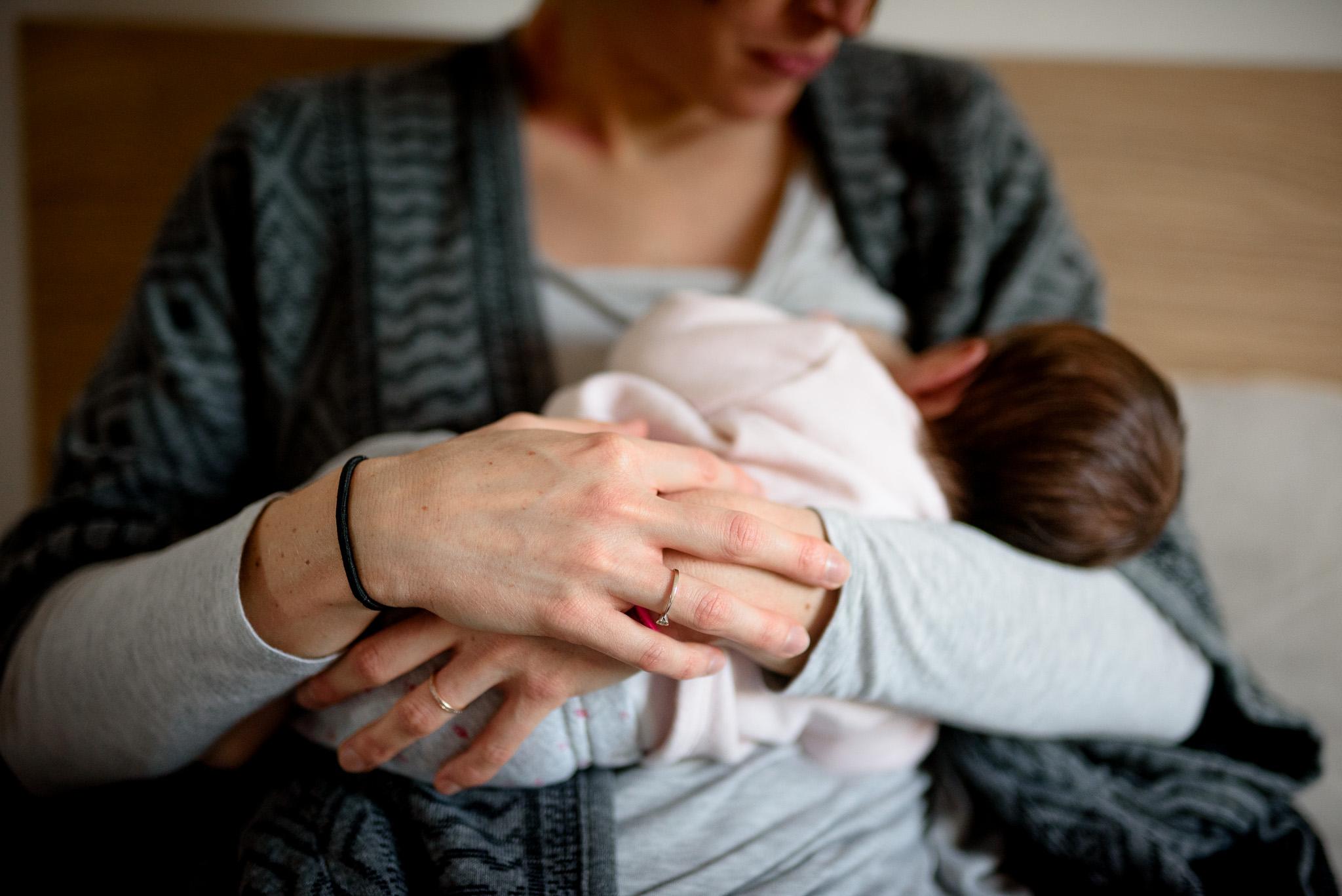 Séance photo nouveau-né naissance photographe Yvelines Paris Hauts de seine Chatou Rueil-Malmaison Sandrine Siryani allaitement